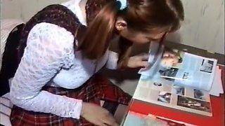 Jeune écolière brune à couettes donne sa chatte, son cul et 69 avec son prof