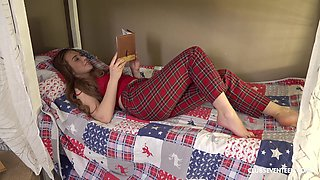 Before bedtime Alice Klay loves to masturbate in her bed using a dildo