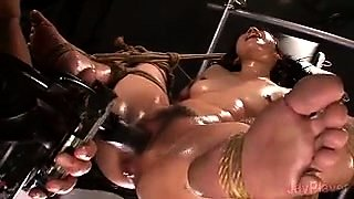 Helpless Japanese whore is made to enjoy infinite orgasms
