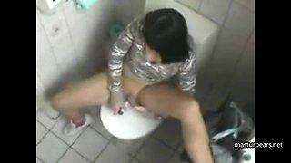 Ich masturbiere oft in einer Toilette