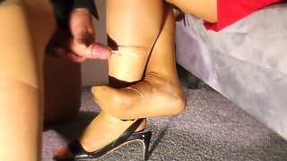 Horny cumshot on the lady&#039s feet in slow motion