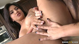 Indian temptress Sunny Leone makes her lesbian GF eat her snatch
