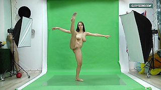 Big boobs Nicole on the green screen spreading out