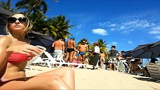 Beach voyeur finds a striking babe with a magnificent ass