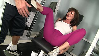 Sporty brunette Bella Roxxx teases and fucks at the gym