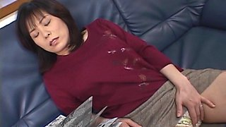 Horny Japanese mom fingers her pussy on a sofa in solo clip