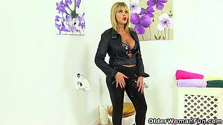 English milf Gabby Fox fingers her fanny on toilet