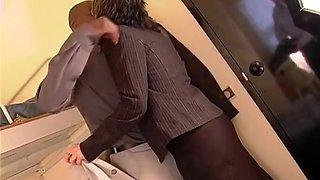 Une secrétaire à lunettes suce et offre son minou rasé sans brancher a son boss black