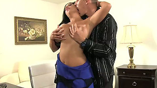 Big boobed bombshell gets her pussy expertly eaten out