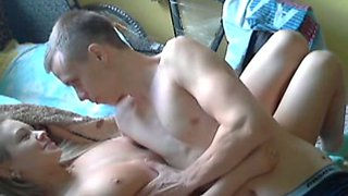 Svelte blondie nailed missionary style in amateur sex tape