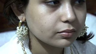 Pakistani wifey gets nailed missionary style right in the bedroom