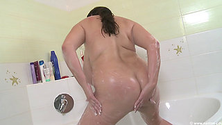 Nadine jansen in the bath