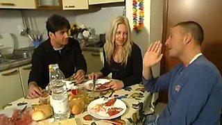 Une milf italienne se fait troncher sur la table de cuisine