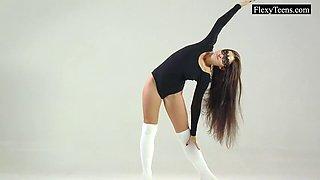 Flexible Tonya shows her gorgeous body