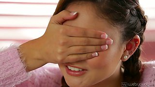 Hot facesitting session of charming Samantha Hayes and her lesbian GF