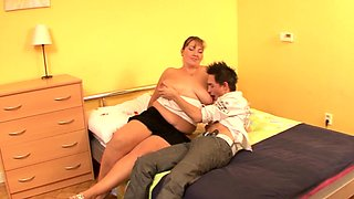 Chubby cougar cockriding after foreplay
