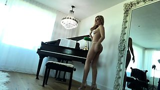 Sexy slender blonde babe puts on a wonderful show in casting