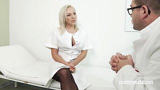 Arzthelferin pisst in der Praxis