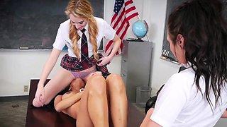 Les teens lick teacher
