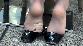 Amateur lady in pantyhose reveals her marvelous feet outside
