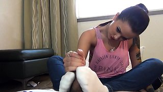 Tattooed brunette reveals her handjob and footjob talents