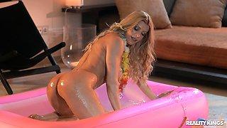 Messy fucking with large fake boobs blondie Lara De Santis
