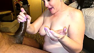 Stacked mature housewife wraps her lips around a black pole