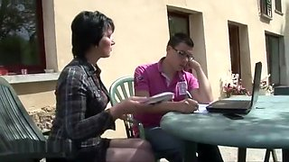Une institutrice autoritaire en manque de queue se fait ramoner par son jeune étudiant sur une petite chaise.