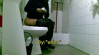 Amateur shows hairy nub while cleaning it on piss cam