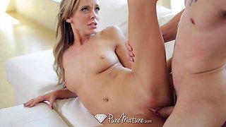 Masturbating orgasmic MILFie babe Pristine Edge gets pussy licked
