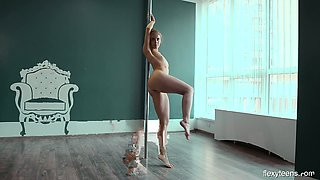 Sexy stripper Yanna Kokx shows the abilities of her flexible body